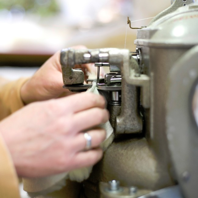 Herstellung von Wollschuhen mit einer Wollnähmaschine